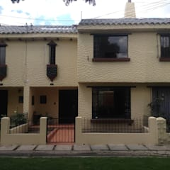 Casa beige de dos pisos de Erick Becerra Arquitecto Rústico Concreto
