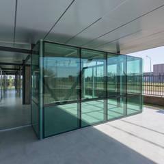 OFICINAS EN PARQUE INDUSTRIAL: Edificios de Oficinas de estilo  por Mauricio Morra Arquitectos