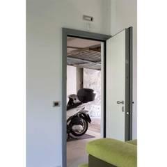Collegamento tra open space e autorimessa: Garage/Rimessa in stile  di Francesco Ruffa Architetto