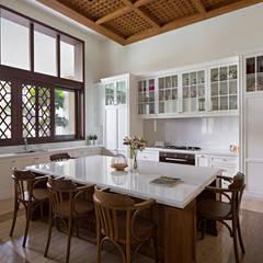 LP House:  Ruang Makan by ARF interior