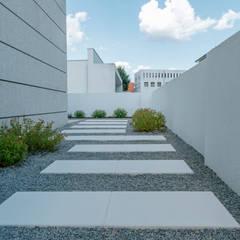 Garden by Hugo Guimarães Arquitetura Paisagista