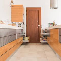 Corredor: Armários de cozinha  por Moderestilo - Cozinhas e equipamentos Lda