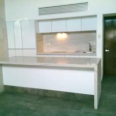 COCINA VETRA: Muebles de cocinas de estilo  por ORIGINALE CUCINE E ARMADI