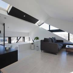 斜め窓の家 OUCHI-06: 石川淳建築設計事務所が手掛けたリビングです。