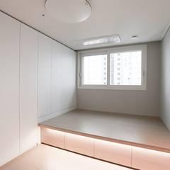 컬러로 포인트를 준 모던 인테리어, 안산 센트럴 푸르지오 39py _ 이사전: 홍예디자인의  침실,