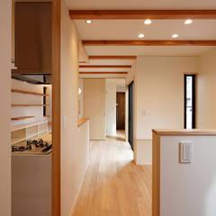 階段よりLDKを見る: シーズ・アーキスタディオ建築設計室が手掛けたリビングです。