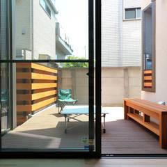 本と空を愉しむ階段の家|狛江の家: シーズ・アーキスタディオ建築設計室が手掛けたテラス・ベランダです。,カントリー