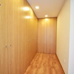 Lote 24 : Closets  por Construções e Imobiliária Navio, Lda,Moderno