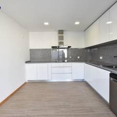 Lote 24 : Cozinhas  por Construções e Imobiliária Navio, Lda