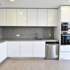 Kitchen by Construções e Imobiliária Navio, Lda