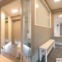 오래된 아파트의 놀라운 변신 32평 부천 아파트: 이즈홈의  복도 & 현관