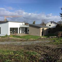 Einfamilienhaus am Hang:  Bungalow von wir leben haus