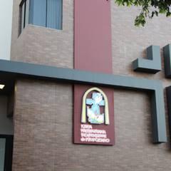 Fachada Igreja Presbiteriana Independente de Pirapozinho: Locais de eventos  por OFICINA A QUATRO ARQUITETURA E ENGENHARIA