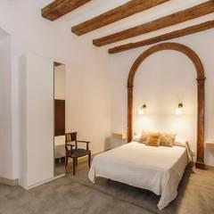 Dormitorio Principal: Dormitorios de estilo  de Arquivistes Estudi