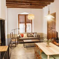 Rehabilitación Casa de Campo: Salones de estilo  de Arquivistes Estudi