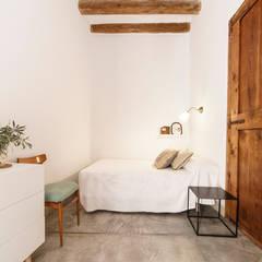 Rehabilitación Casa de Campo: Dormitorios de estilo  de Arquivistes Estudi