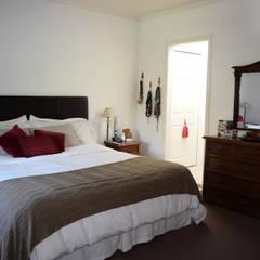 Casa en La Lucila: Dormitorios de estilo  por 2424 ARQUITECTURA