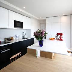 rénovation complète d'un duplex -Paris 17: Cuisine de style  par Emma Caron Interior Design