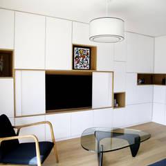 rénovation complète d'un duplex -Paris 17: Salon de style de style Moderne par Emma Caron Interior Design