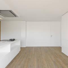 Casa 7Bicas: Armários de cozinha  por Guillaume Jean Architect & Designer