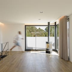 Casa 7Bicas: Escritórios e Espaços de trabalho  por Guillaume Jean Architect & Designer