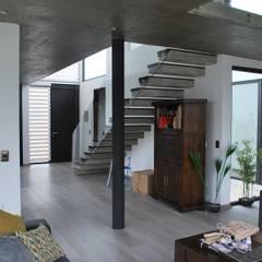 : Livings de estilo  por DARQ studio