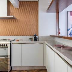PROJETO RESIDENCIAL AR: Cozinhas embutidas  por RP Estúdio - Roberta Polito e Luiz Gustavo Campos