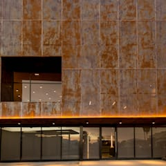 Elevación Oriente: Edificios de Oficinas de estilo  por KOBALT ARQUITECTURA