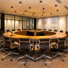 Sala de consejo: Edificios de Oficinas de estilo  por KOBALT ARQUITECTURA