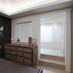 집안의 키즈카페, 용인 테라스 하우스 _ 이사 후: 홍예디자인의  침실