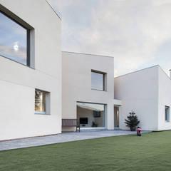 1403MM_Fachada y jardín: Casas ecológicas de estilo  de AlbertBrito Arquitectura
