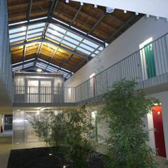 Logements étudiants: Hôtels de style  par MFC Architecture