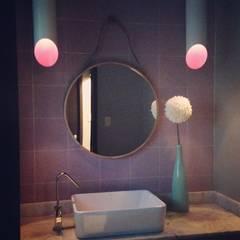 Remodelación de bar: Baños de estilo  por Mono Studio