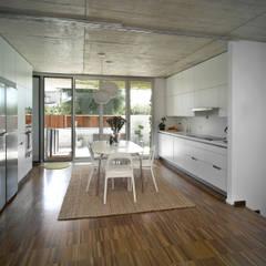 Vivienda en Soto del Real: Módulos de cocina de estilo  de Alberich-Rodríguez Arquitectos
