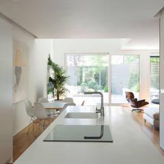 Vivienda en el Centro de Madrid: Módulos de cocina de estilo  de Alberich-Rodríguez Arquitectos