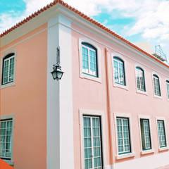 Fachada: Casas  por Reurbe