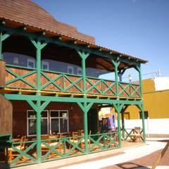 fachada posterior: Restaurantes de estilo  por LITERAS DIVERTIDAS