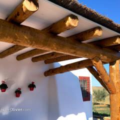 Porche en tronco descortezado: Jardines de estilo  de NavarrOlivier