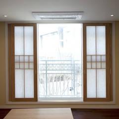 Puertas de madera de estilo  por Design Mind Mirae