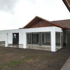 Casa Kuzmanic: Terrazas  de estilo  por AtelierStudio