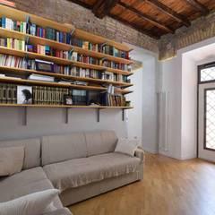 LA CASA DI YANEZ A ROMA: Soggiorno in stile  di silvestri architettura