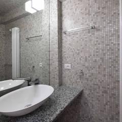 LA CASA DI YANEZ A ROMA: Bagno in stile  di silvestri architettura