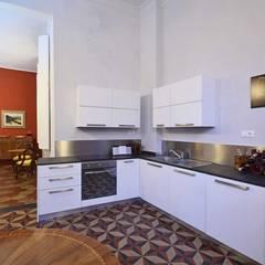 """UNA CASA PER """"GENOVA MERAVIGLIOSA"""": Cucina in stile  di silvestri architettura"""