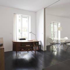 """Reestructuración integral de vivienda """"Casa de las Flores"""": Estudios y despachos de estilo clásico de Alberich-Rodríguez Arquitectos"""