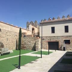 PALACIO SOFRAGA, Ávila: Jardines con piedras de estilo  de APRO CONSTRUCTION MANAGEMENT S.L.