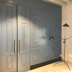 Inside doors by APRO CONSTRUCTION MANAGEMENT S.L.