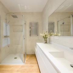 Casa en Primo de Rivera: Baños de estilo  de 2J Arquitectura