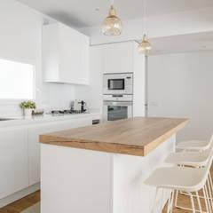 Casa en Primo de Rivera: Cocinas de estilo  de 2J Arquitectura