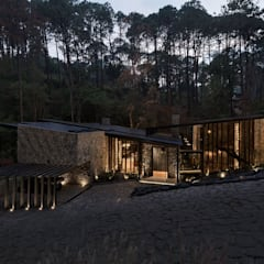 Casa di campagna in stile  di Luciano Gerbilsky Arquitectos