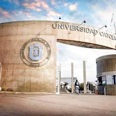 Acceso Casa Central Universidad Catolica del Norte: Paredes de estilo  por  Arquitectos Roman&Toledo